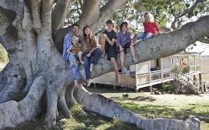 Familie O`Neil auf dem Baum. Szene aus dem Film The Tree