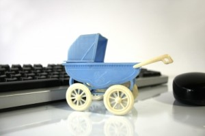 Kinderwagen vor Computertastatur
