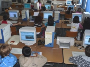 Kinder am PC in einer Schule