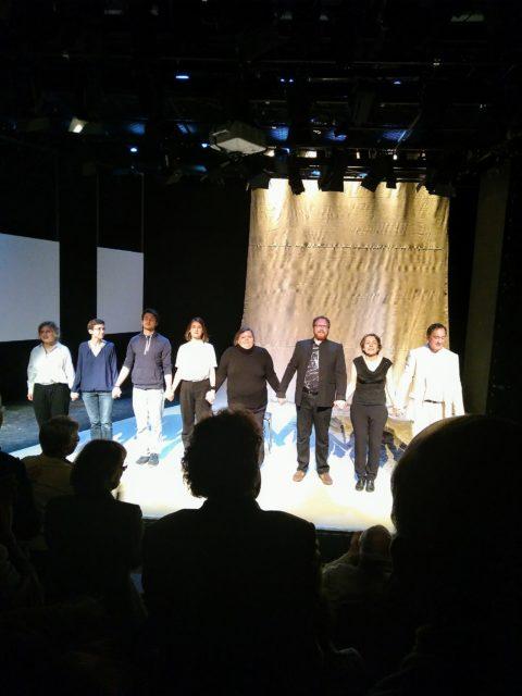 """Schlussbild des Theaterstückes """"Ich werde nicht hassen"""" von Izzeldin Abuelaish in einer Inszenierung am Wolfgang-Borchert-Theater in Münster."""