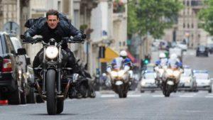 """Szene aus dem Film """"Mission: Impossible - Falllout"""" mit Tom Cruise auf dem Motorrad."""