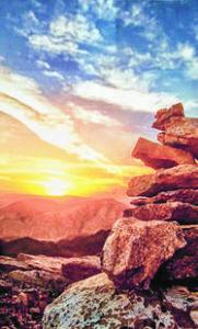 Sonnenuntergang und aufeinander geschichtete Steine.