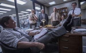 Szene aus dem Film Die Verlegerin mit Tom Hanks in einem Redaktionsbüro.
