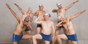 Szene aus dem Film Swimming with Men mit sechs Männern in Badehose.