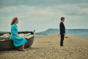 """Szene aus dem Film """"Am Strand"""" mit Saoirse Ronan und Billy Howle."""