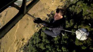 """Szene aus dem Film """"Mission: Impossible - Fallout"""" mit Tom Cruise am Hubschrauberhaken."""